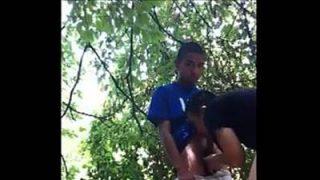 Sexo no matagal com um novinho metendo e sendo Chupado