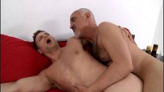 Gay velho dotado comendo um novinho delicioso