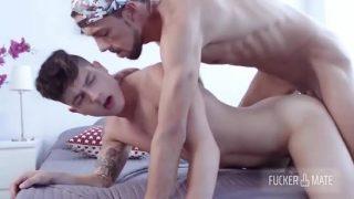 Dois gays se comendo em um vídeo de sexo