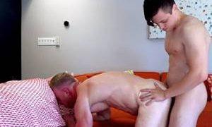 Hétero fudendo gay com cuzinho todo empinado